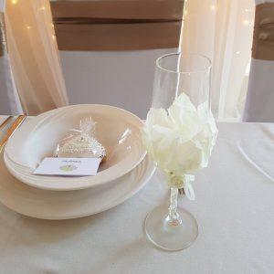 Esküvői pezsgőspohár szett – krém – szirmos
